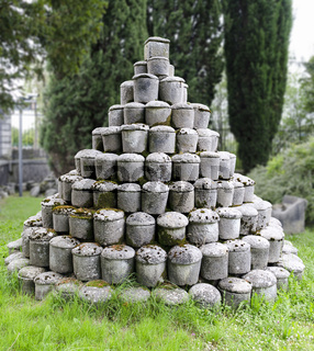 pyramidenförmig aufgeschlichtete römische Steinurnen
