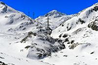 Alpenüberquerende Hochspannungsleitung im Hochgebirge
