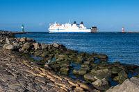 Mole und Schiff an der Ostseeküste in Warnemünde