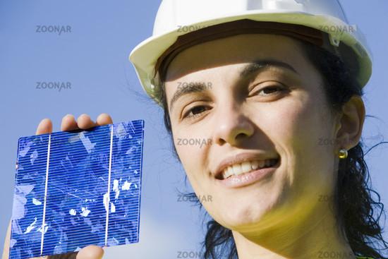 hübsche Frau mit Solarzelle