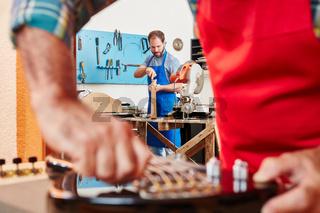 Experte repariert E-Gitarre in Werkstatt