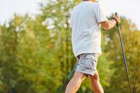 Senior macht Nordic Walking
