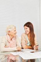 Enkeltochter hilft Oma beim Gedächtnistraining