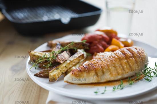 Haenchenbrust mit Kartoffelecken und Gemüse
