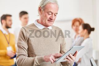 Senior arbeit mit Tablet Computer