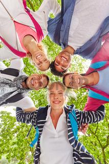 Studenten bilden als Freunde ein Team