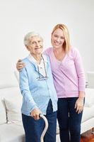 Liebevolle Tochter betreut Seniorin als Mutter
