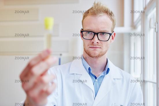 Arzt macht Alkoholtest mit Urinprobe