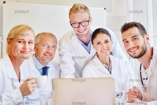 Erfolgreiches Ärzte Team am Laptop