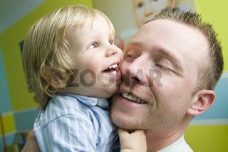 Vater lacht mit Sohn