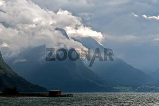 Wolken nach Gewitter im Romsdalfjord, Norwegen