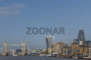 The Tower Bridge - Sehenswürdigkeit und Skyline von London an der Themse, England, Großbritannien