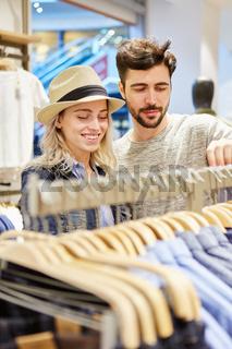 Junges Paar beim Kauf von Kleidung