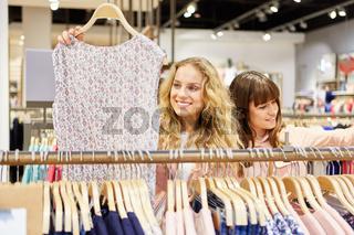 Zwei Teenager suchen nach passender Kleidung
