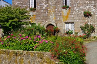 das mittelalterliche Dorf Locronan in der Bretagne, Frankreich - medieval village of Locronan, Brittany in France
