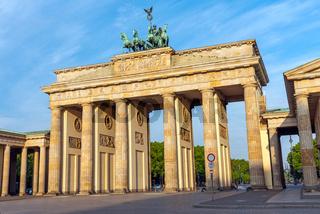 Das Brandenburger Tor in Berlin an einem sonnigen Morgen