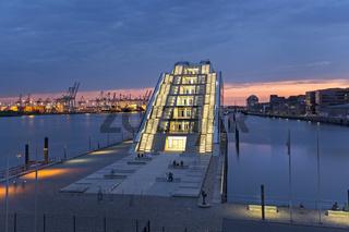 Modernes Bürogebäude Dockland an der Elbe im Sonnenuntergang, Neumühlen, Hamburg, Deutschland