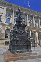 Staute des Freiherr vom Stein vor dem Preußischen Landtag und Be