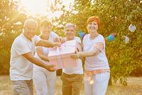 Gruppe Senioren mit  Geschenk