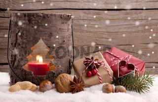Weihnachten - Laterne und Päckchen im Schnee