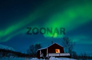 nordlichter, aurora borealis, ueber einer huette im fjaell, lappland, norrbotten, schweden, northern lights above a chalet in fell, lapland, sweden