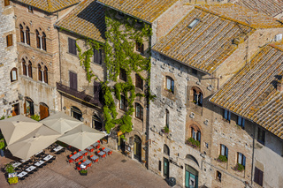 Blick von oben auf die Piazza della Cisterna in San Gimignano, Toskana, Italien