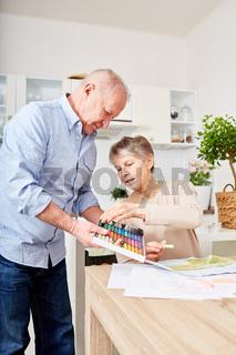 Mann hilft Frau beim kreativen Malen