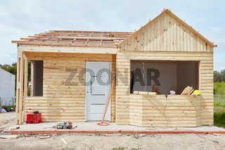 Holzhaus in der Fertigstellung