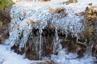 Kleiner gefrorener Bach