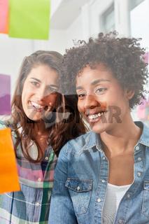 Zwei junge Business Frauen im Ideen Workshop