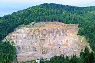 Abbau von Granitgestein im Tagebau