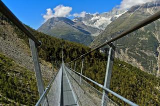 Die Metallkonstruktion der Charles Kuonen Hängebrücke, Randa, Wallis, Schweiz