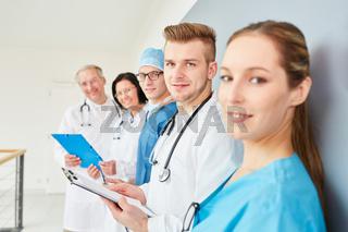 Gruppe Therapeuten und junge Ärzte
