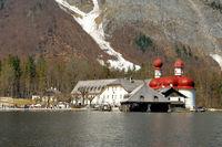 St. Bartholomä mit Wallfahrtskirche, Gaststätte und Fischerhütte