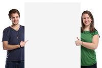 Junge Leute zeigen Werbung Marketing jung leeres Schild leer Textfreiraum Copyspace Freisteller
