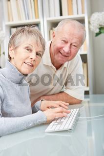 Senioren Paar an der Computer Tastatur