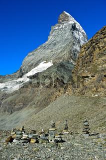 Steinmännchen am Weg zur Hörnlihütte am Matterhorn, Zermatt, Wallis, Schweiz