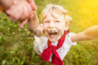 Lachendes Kind hat Spaß im Sommer mit Vater