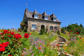 Bretagne Haus mit Blumen - typical old house and garden in Brittany, France