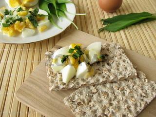 Eiersalat mit Baerlauch auf Knaeckebrot