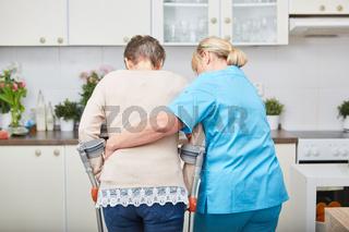 Frau und Physiotherapeutin üben laufen