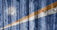 Fahne der Marshallinseln auf verwittertem Holz - Flag of the Mashall Islands on weathered wood
