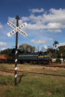 Kuba, Bahnübergang mit Zug