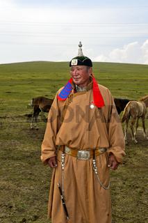 Mongolischer Hirte in traditioneller Kleidung, Mongolei