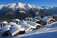 Winter in einem Bergdorf in den Schweizer Alpen