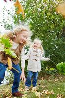 Zwei Kinder haben Spaß im Herbst