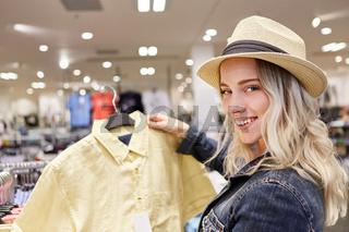 Junge Frau beim Shopping in einer Boutique