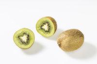 Kiwifrüchte vor weissem Hintergrund
