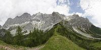 Teilansicht des südlichen Dachsteinmassivs, Steiermark, Österreich (Panoramaaufnahme)