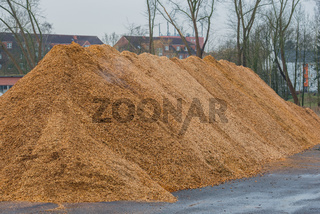 Großer Haufen von Holzspäne und Holz Mulch